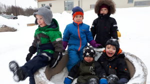 Barn i friluftsdagis i Jakobstad.
