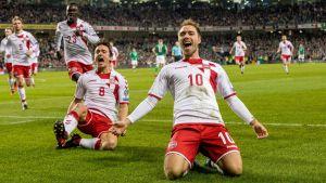Christian Eriksen firar mål mot Irland i VM-playoff.