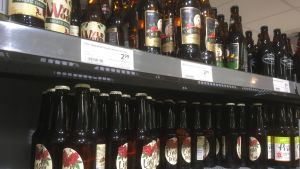 Lätta alkoholhaltiga drycker på butikshyllan i Tallinn.