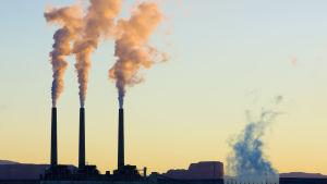 Rykande skorstenar vid ett kraftverk i USA.