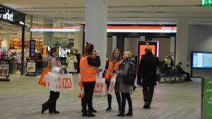 Guider för metropassagerare vid Mattby station.