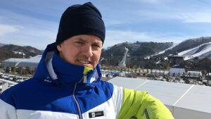 Kommentatorn Sami Jauhojärvi poserar utanför mediecentret i Pyeongchang 2018.