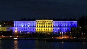 Utrikesministeriet i Helsingfors upplyft i Sveriges blågula färger.