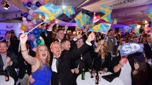 Sverigedemokraterna firar på valvakan.