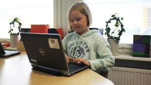 Fyran Annika Vokkolainen löser matematikuupgifter på skolans dator.
