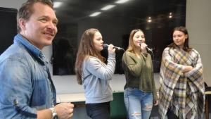 Musikern Fredrik Furu lyssnar till tre sjungande tjejer från Nordahl Grieg videregående skole, Bergen, Norge