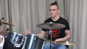 emanuel magnil spelar trummor