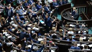 """Medlemmar av det polska parlamentets underhus """"Sejm"""" röstar om reformen som skulle ge politikerna makt att utse Högsta domstolens domare."""