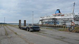 En av pirerna i Vasa hamn är inte i bruk. På bilden ser man ett tomt lastbilssläp på den ogräsbevuxna piren. I bakgrunden står färjan Wasa Express.