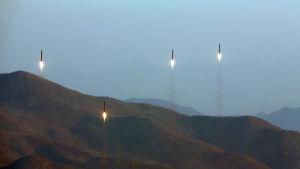 En odaterad bild från Nordkoreas statliga nyhetsbyrå KCNA på fyra ballistiska robotar som avfyras på ett okänt ställe.