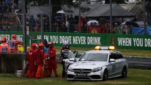 F1-säkerhetsbilen på banan.