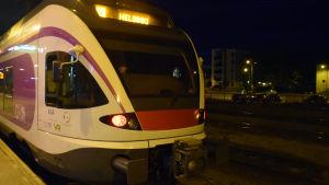 Y-tåget åker från Karis mot Helsingfors en tidig morgon.