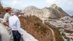 Kung Willem ser över den drabbade, nederländska ön Sint Maarten.