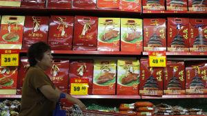 Kund i snabbköp i Peking, Kina.
