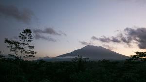 Den 2880 meter höga aktiva vulkanen Gunung Agung kan få ett utbrott när som helst enligt myndigheter