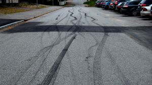 Tydliga däckspår på gata.