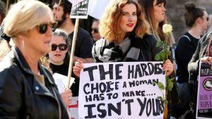 Tusentals samlades i Dublin för att protestera mot den stränga abortlagstiftningen.