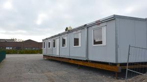 En barack på en skolgård