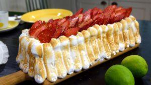 Glasstårta på serveringsfat i Strömsö villans kök