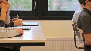 Ett klassrum med ungdomar.