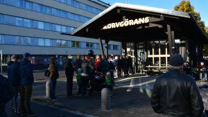 Tiotals människor står i kö utanför en grill på Brändö i Vasa.