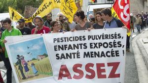 Demonstration mot bekämpningsmedel nära Bordeaux i oktober 2017.  Den franska regeringen har meddelat att den kommer att rösta mot ett förlängt tillstånd för glyfosat.