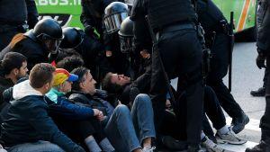 Den katalanska regionala polisen (Mossos d'Esquadra) ingriper mot demonstranter som blockerar en gata i Barcelona 8.11.2017.