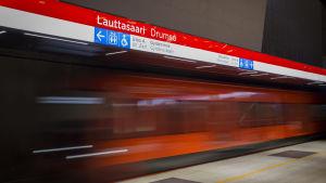 liikkuva metro Lauttasaaren asemalla asemalla