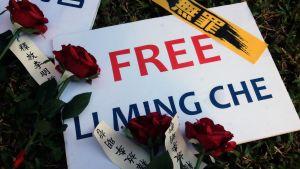 Rosor på ett plakat med en vädjan för frigivning av taiwanesisk dissident.
