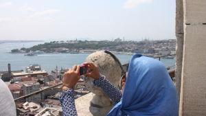 Kvinna fotograferar från Galatatornet