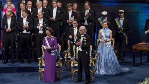 Sveriges kungafamilj vid Nobelfesten.