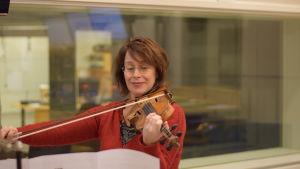 Marianne Maans spelar violin.