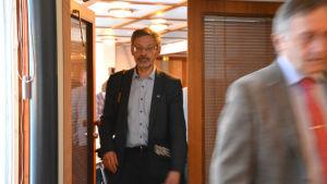 Michael Luther (SFP) kommer ut från ett mötesrum.