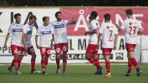 Norska fotbollslaget Kongsvinger IL firar ett mål.