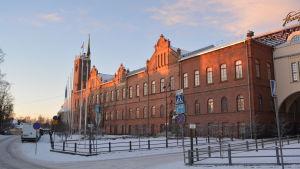 Stadshuset i Jakobstad i blekt vinterljus