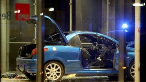 Den skadade bilen står inne i entrén till SDP:s partihögkvarter i Berlin.
