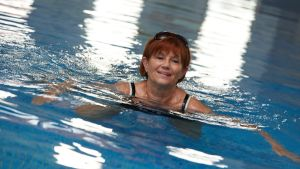 Kvinna simmar i bassäng
