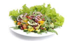 salladstallrik med grönsallat, bönor, gurka, tomat och rödlök