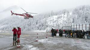 Människor förs med helikopter till Raron på grund av lavinfara.