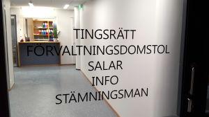 Glasdörr med texten Tingsrätt