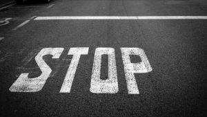 Stoppmärke på asfalt