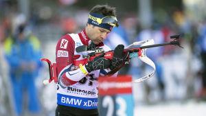 Ole Einar Björndalen laddar vapnet inför skyttet i Ruhpolding.