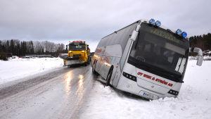 Skolbussen åkte i diket i Kalvholmen i Korsholm.