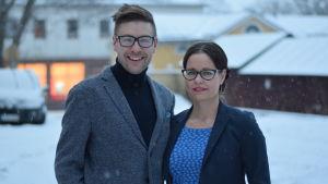 Thomas Lundin och Camilla Lindberg jobbar med utvecklingsplanering vid Västra Nylands folkhögskola i Karis.