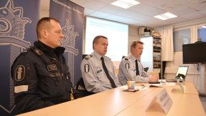 Huvudförtroendeman Jukka Sillanpää, överkommissarie Thomas Skur och polischef Kari Puolitaival.