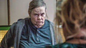Arg kvinnlig äldre fånge i isländska tv-serien Fångar.