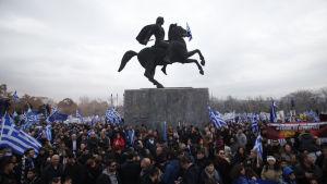 Tusentals personer demonstrerar i Thessaloniki i Grekland mot en kompromiss mellan Grekland och grannlandet Makedonien i tvisten om namnet Makedonien.