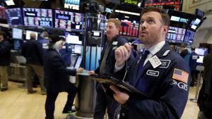 Mäklare vid börsen i New York följer med kursfallet.