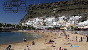 Folk solar och badar på en strand på Gran Canaria.