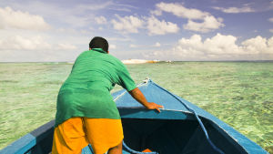 En tuvaluansk fiskare studerar skadorna på en atoll efter en storm i mars 2007.